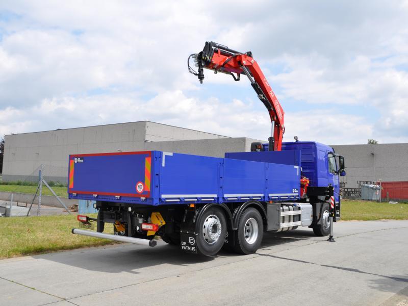 Afgeleverd vrachtwagen met kraan en laadbak de patrijs for Vrachtwagen kipper met kraan