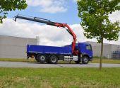 Afgeleverd: vrachtwagen met kraan en laadbak